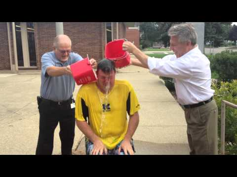 Davison city manager, councilman douse mayor during Ice Bucket Challenge