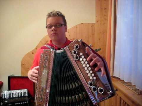 Steirische Harmonika A Musikant im Trachtengwand