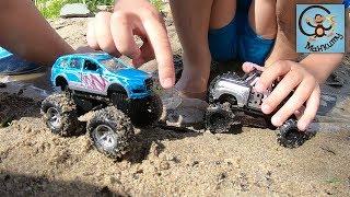 Дети и машинки в луже. Игры с динозаврами и игрушками. МанкиТайм