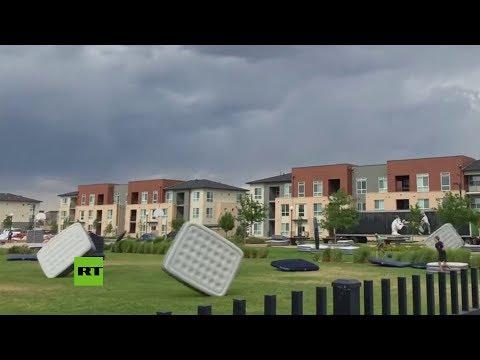 ¿colchones-voladores?:-el-viento-juega-una-mala-pasada-en-un-cine-al-aire-libre