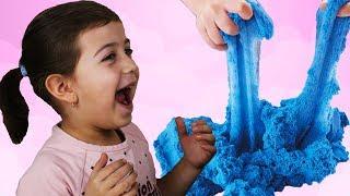 Эмилюша играет Цветным песком Сквуши
