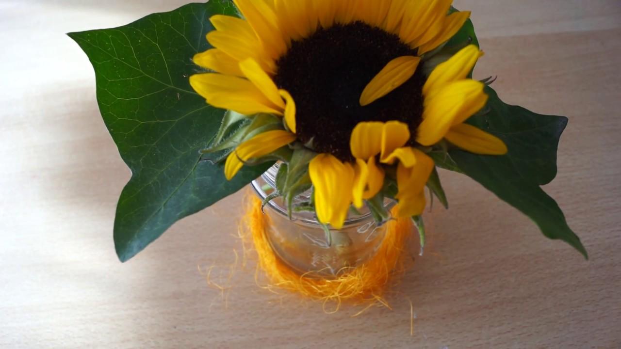 Tischdeko Aus Sonnenblume Und Glas Mit Herbstblattern Bemalt