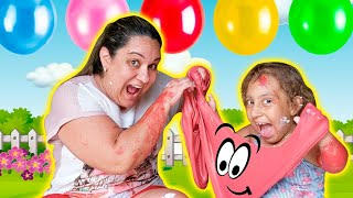 Maria Clara e mamãe estouram balões SURPRESAS (تحدي بالونات السلايم العملاقة مع شفا) - MC Divertida