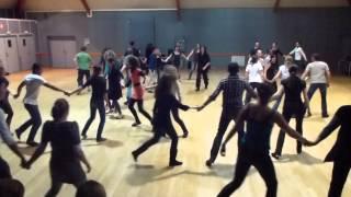 Pravo : Danse bulgare au stage Miz Du