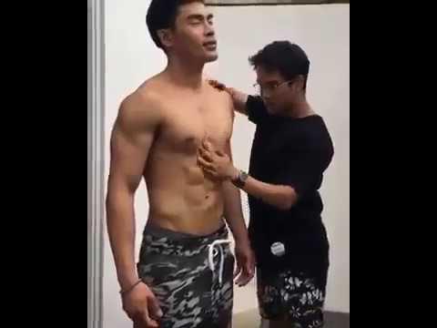 Muscle Oil Up - Pegang Otot Cowok Berotot
