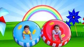 Rafael e João Pedro brincam com uma Boia Gigante Engraçada | Vídeo divertido para crianças