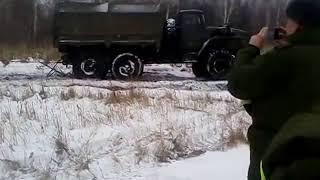 Военный Урал буксирует второй Урал 4320, грузовики России