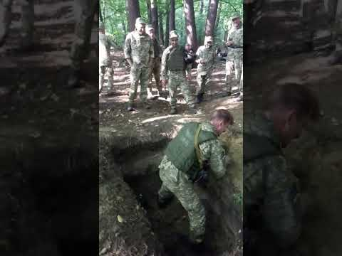 Солдаты , военные на учении в лесу .