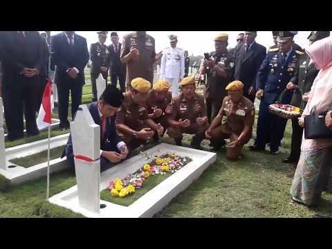 Peringati Hari Pahlawan, Presiden RI Joko Widodo Tabur Bunga di TMP Cikutra Bandung Mp3