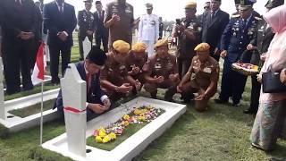 Download Video Peringati Hari Pahlawan, Presiden RI Joko Widodo Tabur Bunga di TMP Cikutra Bandung MP3 3GP MP4