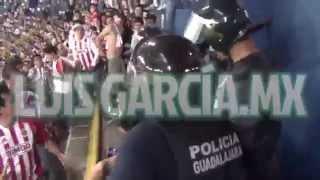 Difunden video de enfrentamiento entre aficionados del Chivas y policías