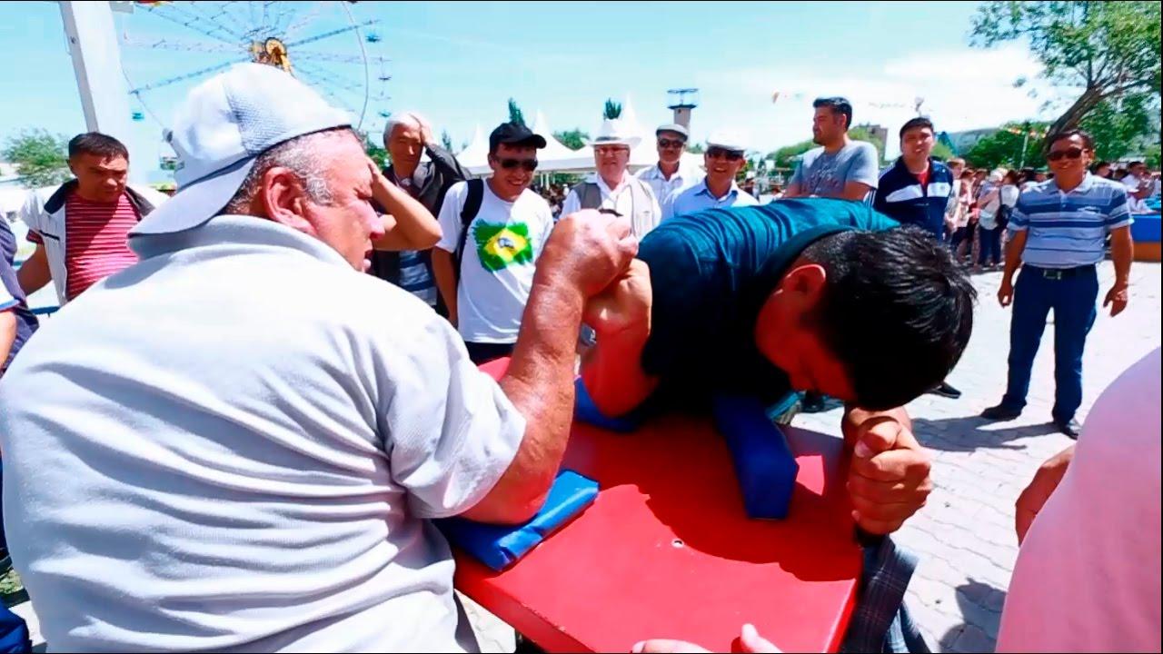 Татарская борьба на поясах «Корэш» на Сабантуе в Кызылорде. Армреслинг и перетягивание каната .