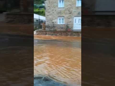 La rotura de una tubería provoca una espectacular fuga de agua en Viveiro