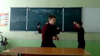 Когда учителя ушли на уроке.