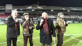11-01-2014 De Strangers zingen Antwaerpe live in het Bosuilstadion