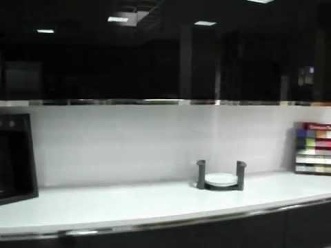 Cocinas en murcia cocina en negro alto brillo con tirador for Cocinas integrales en aluminio