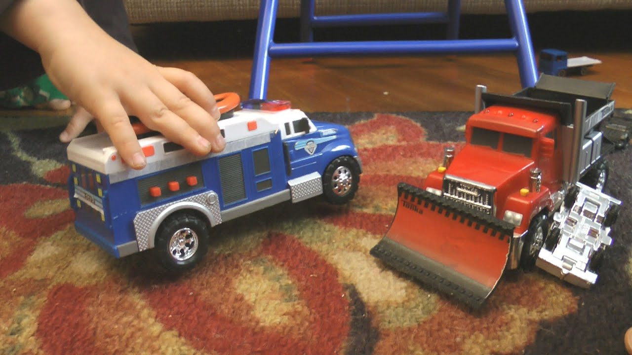 CARS AND TRUCKS KIDS PLAYING HOT WHEELS FUN SUPER TRACKS - YouTube