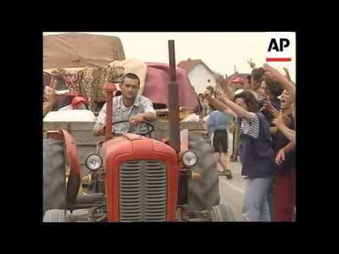 YUGOSLAVIA: KOSOVO: ANGRY ETHNIC ALBANIANS CHEER AS SERBS LEAVE