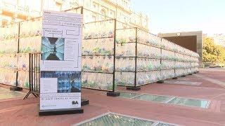 Crean un laberinto de botellas frente al Teatro Colón thumbnail