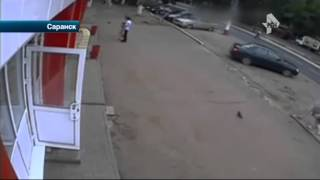 Жуткие кадры из Саранска   последние секунды жизни пенсионерки, которая решила перейти дорогу в непо(, 2015-06-29T10:00:23.000Z)