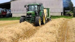 Ramassage de paille avec une presse balle ronde KRONE et tracteur JD 7700