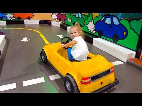 Видео, Играем на детской площадке Indoor playground for kids and amusement park for children Family Fun