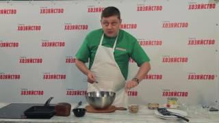 Олег Пахолков готовит оливье с печенью трески на черном хлебе.