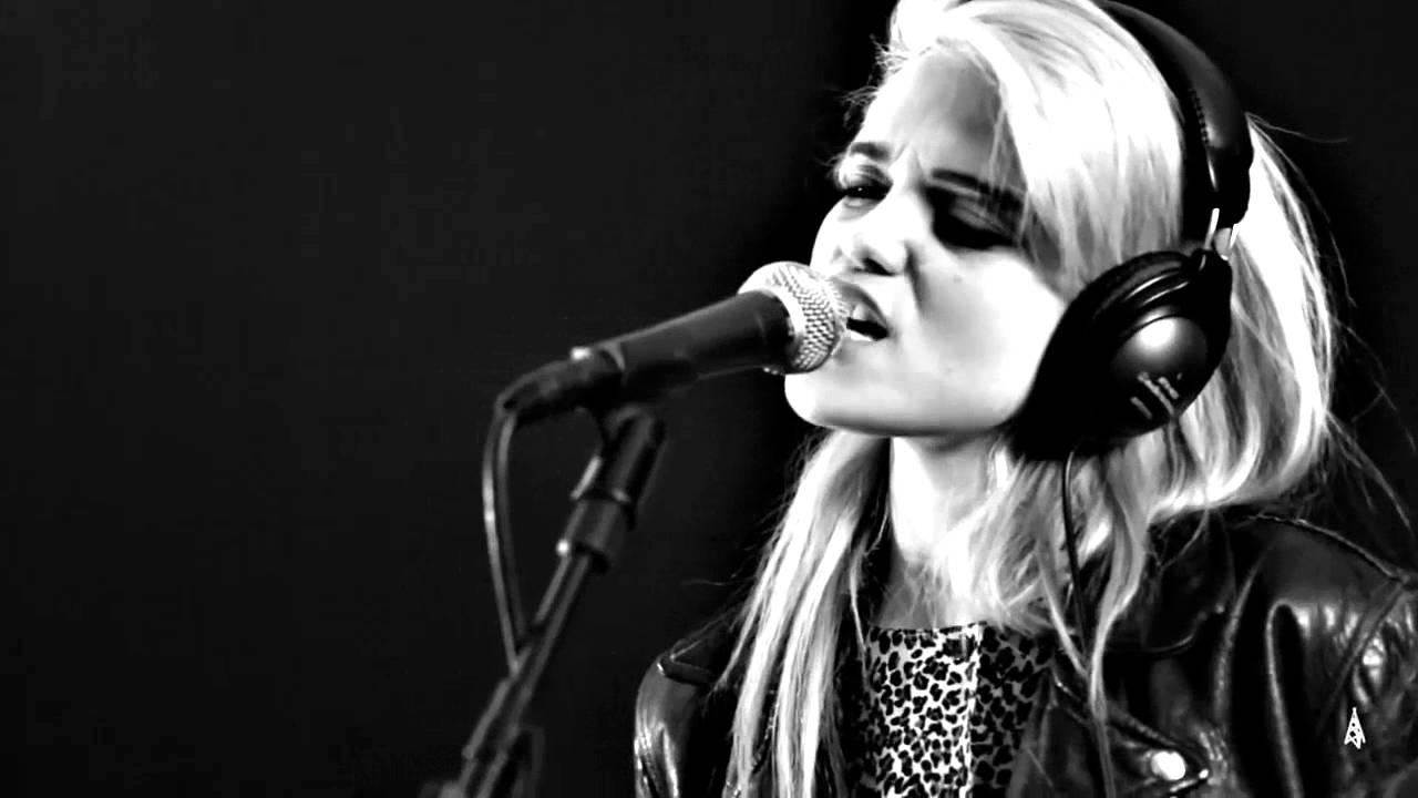 Sky Ferreira - Everything is Embarrassing (live) - YouTube
