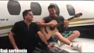Leonardo e Eduardo costa cantando no avião(inedito)
