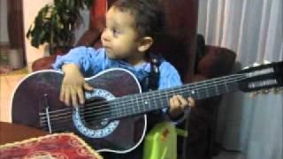 Bebe toca guitarra y lee