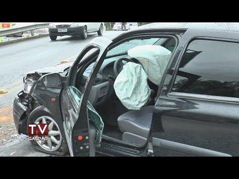 Câmera da TV Gaspar flagra acidente entre três carros no viaduto