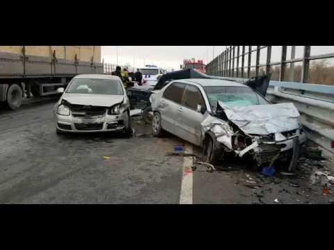 Утром на мосту в Волжском погибли два человека в ДТП четырех автомобилей
