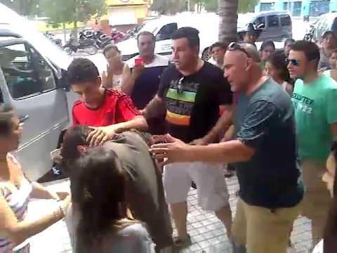 Quemaron con un cigarrillo en la cara al cantante de Marama: el video