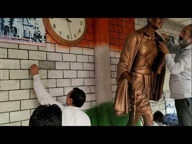 आज नगर परिषद में हमीरपुर स्थित गांधी चौक परिसर ने गांधी की प्रतिमा  को साफ किया....