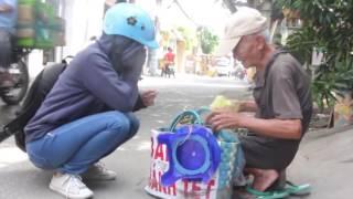 Xúc động Cụ già gần 100 tuổi bán bánh dạo nuôi hai con khiếm thị -  Phóng sự 24: Cuộc Sống Quanh Ta