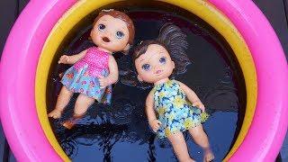 Diversão banho na piscina preta de Coca Cola com a Baby Alive Juju....