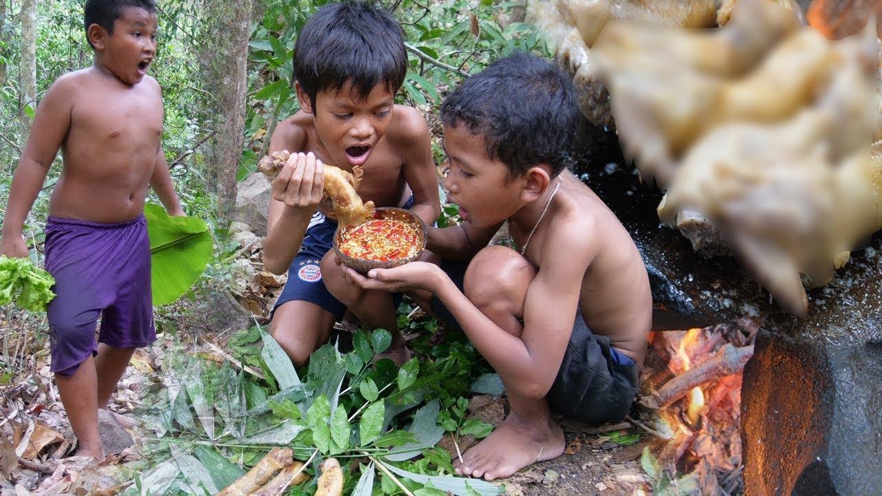 Kỹ năng sinh tồn | Nướng đầu gà trên đá nóng và ăn với rau rừng, nước chấm cực cay và thơm ngon