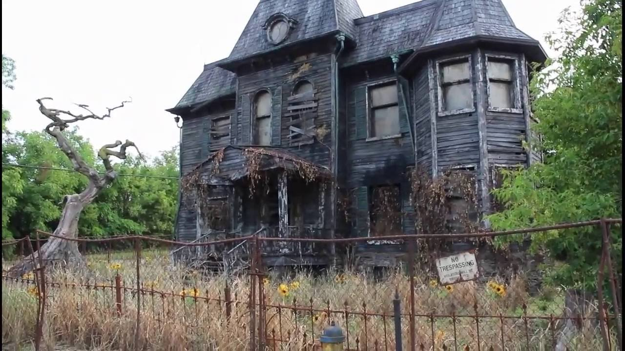 Oshawa haunted house movie set for 2017 stephen king movie for Wallpaper with houses on it
