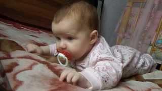 Ребёнок в 3 месяца смотрит мультик