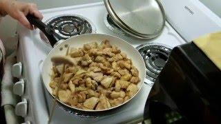 Куриные бедрышки, жареные в оливковом масле с луком