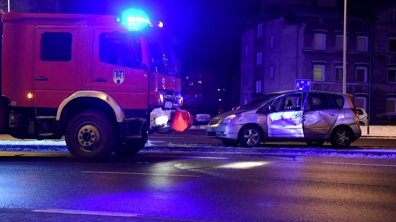 Strażacy jechali do pożaru, zderzyli się z osobówką