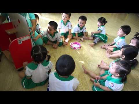 Các bé nhà trẻ quan sát và tập nói con cá vàng