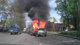 Gambar cover Взрыв машины на ходу в Великих Луках 11.05.2015 Очень страшно!