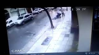 mujer atropella a hombre en contramano por calle arenales