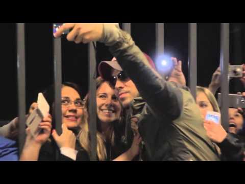 La llegada de Enrique Iglesias a la Argentina ante un numeroso grupo de fans