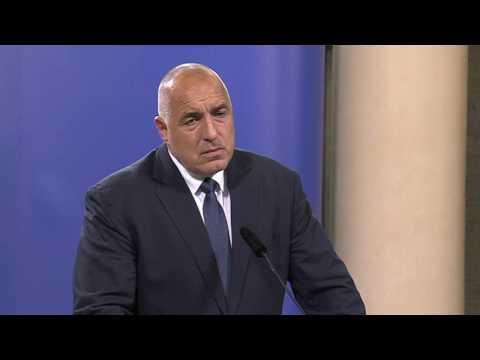 Бойко Борисов: Днес с президента Румен Радев проведохме консултация преди съставянето на новия кабинет. Той ни поздрави за изборните резултати, а ние го запознахме с тежките преговори за съставяне на правителство. Не сме обсъждали темата за министри. Нито едно лице не е обсъждано и с патриотите, това е лично по мое настояване, и се радвам, че те го приеха. Сега обсъждаме програмата, начинът и механизмът, по който ще действа правителството, защото министри лесно се слагат и махат. Твърдението на опозицията, че ще помагат по важни теми е прах в очите и пореден популизъм.