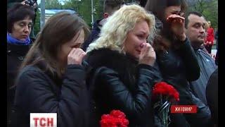 У Житомирі попрощались із військовослужбовцем Олександром Залізко(UA - У Житомирі попрощались із військовослужбовцем Олександром Залізко. 34-річний боєць загинув під час зіткн..., 2016-04-27T09:31:02.000Z)