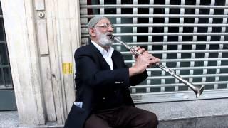 80 lik dedenin klarnet taksimi istiklal caddesi sokak müzisyenleri (Ahmet ÖZDAMAR)