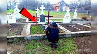 Madre no podía entender por qué la tumba de su hijo era tan verde, luego lloró cuando supo la verdad