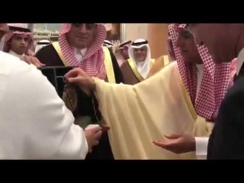 الجبير يهدي وزير الخارجية الياباني نموذج من الإسطرلاب  ويعلق مازحاً: هذا جد الآيفون